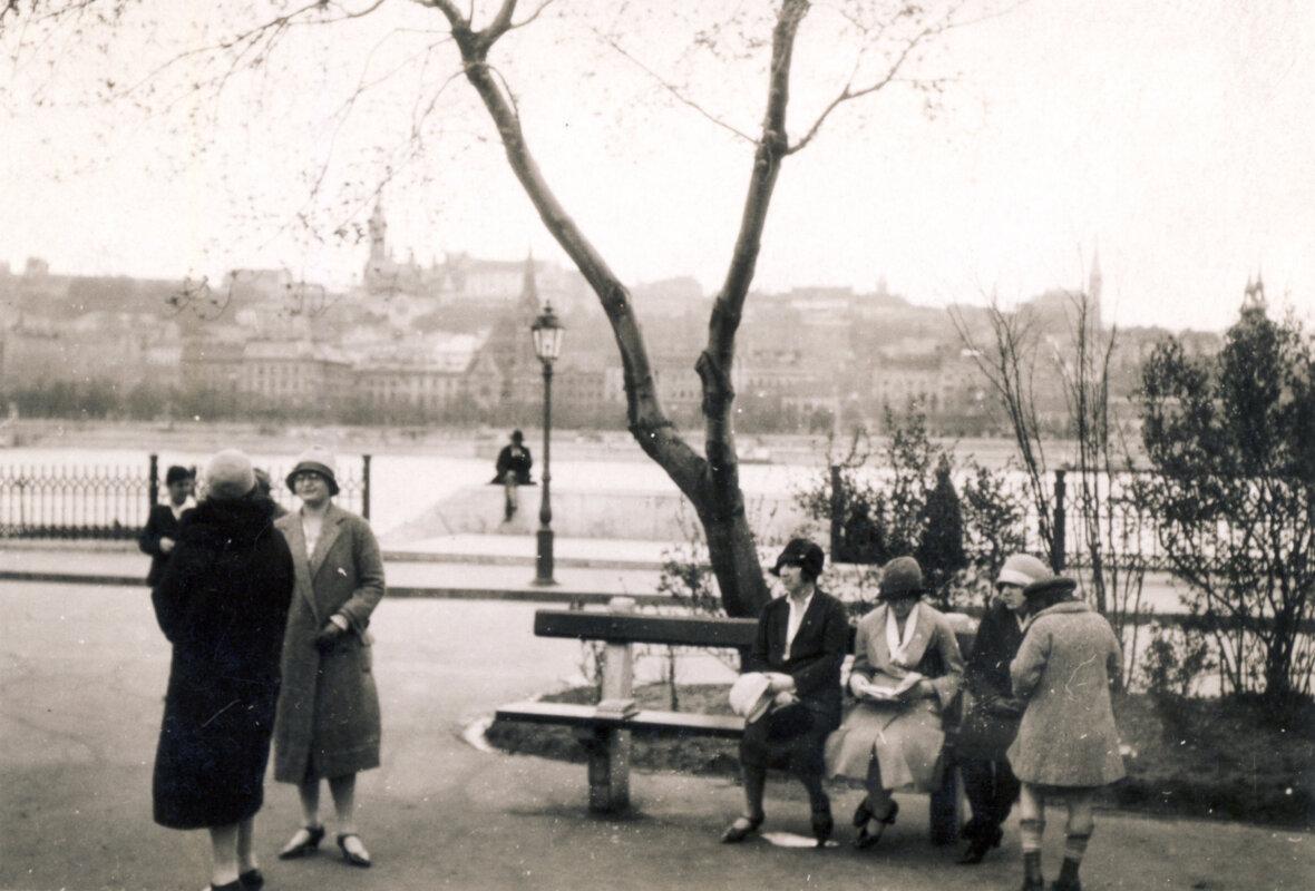 Kossuth Lajos tér az Andrássy szobor környékén, szemben a budai Duna-part, a lámpa mögött a Szilágyi Dezső téri református templom látszik. Fenn balra a Mátyás-templom, jobb szélen a Levéltár tornya 1930-ban - forrás:Fortepan / Mátyásfalvi János