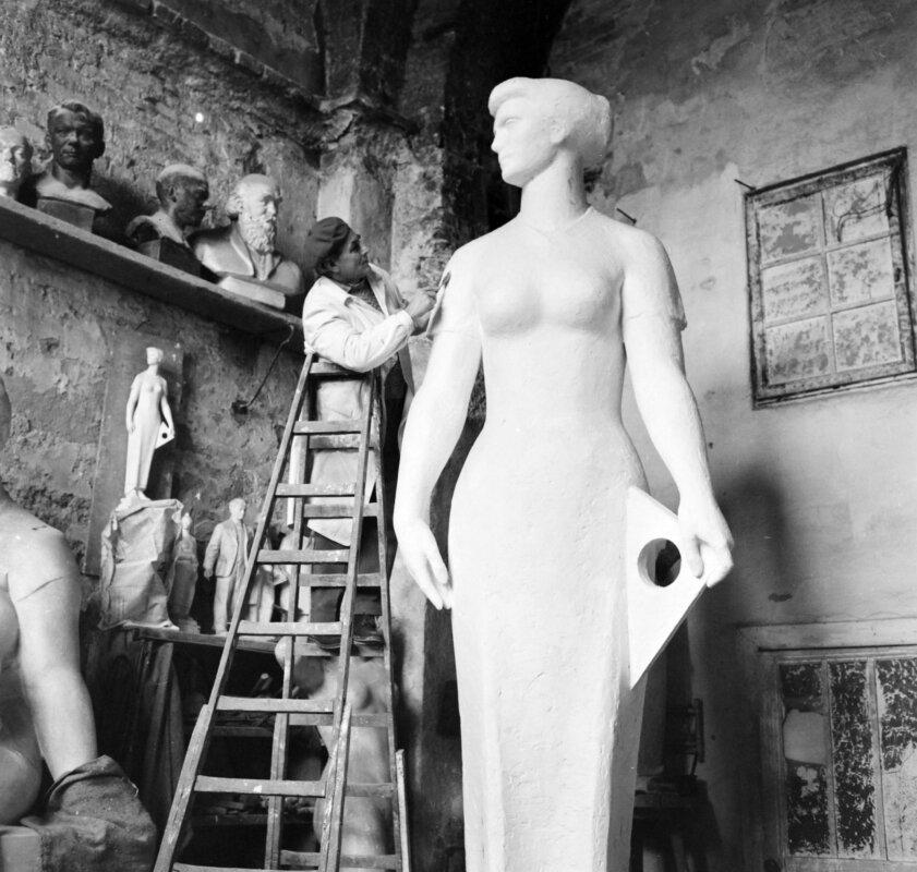 Várkert Bazár, Palotai Gyula műterme, a szobrászművész a Mérnöknő című alkotásán dolgozik. 1965 - forrás: Fortepan / Bojár Sándor