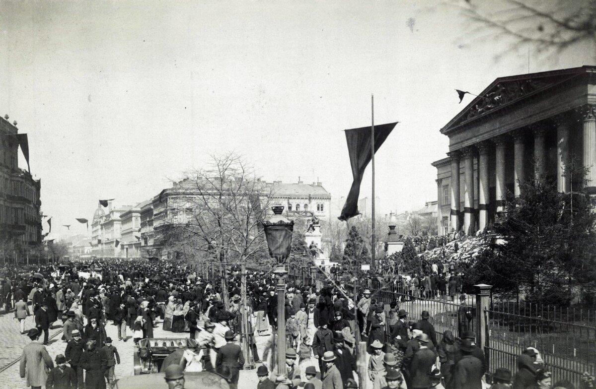 Múzeum körút, Magyar Nemzeti Múzeum Kossuth Lajos felravatalozásakor. A felvétel 1894. április 1-én készült - forrás: Fortepan / Budapest Főváros Levéltára / Klösz György fényképei
