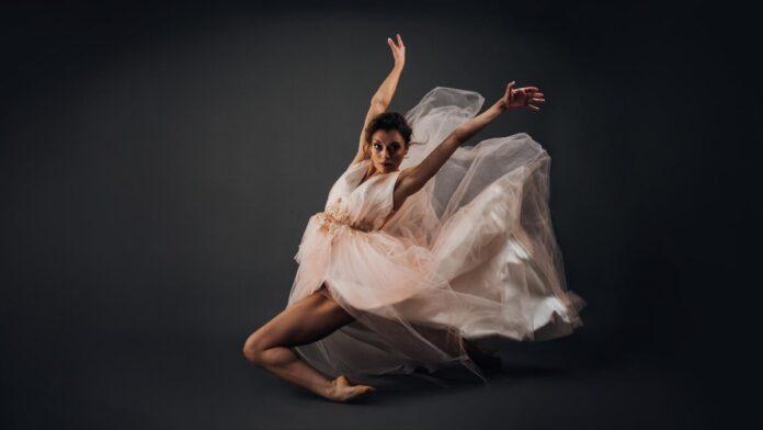 Frank Edina, a Pécsi Balett táncművésze - Fotó: Borbás Betti | Grafika: Rajnai Richárd