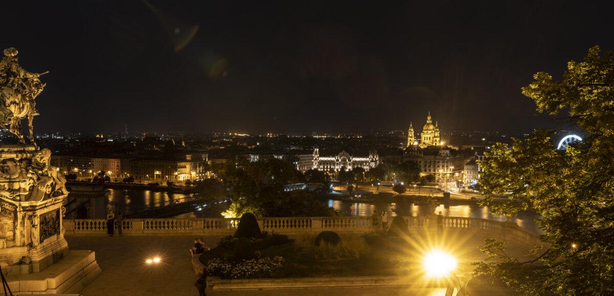 Későesti panoráma a Magyar Nemzeti Galéria teraszáról / fotó: Szántó András