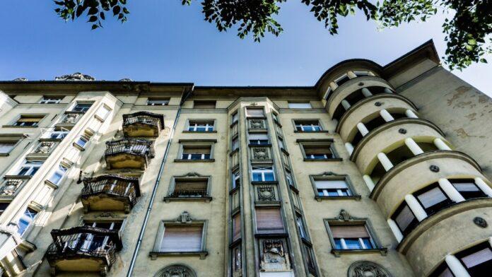 A ház homlokzatát erkélyek, zárterkélyek és loggiák teszik mozgalmassá - Fotó: Hargitai Soma