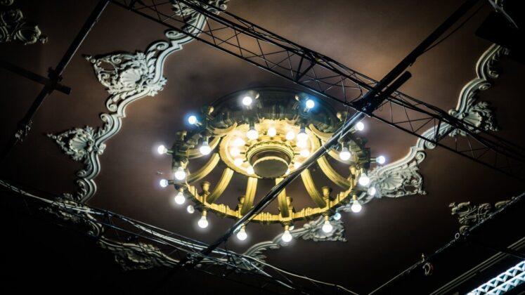 A színház több, mint kilencven éves csillárja igazi iparművészeti alkotás - Fotó: Hargitai Soma