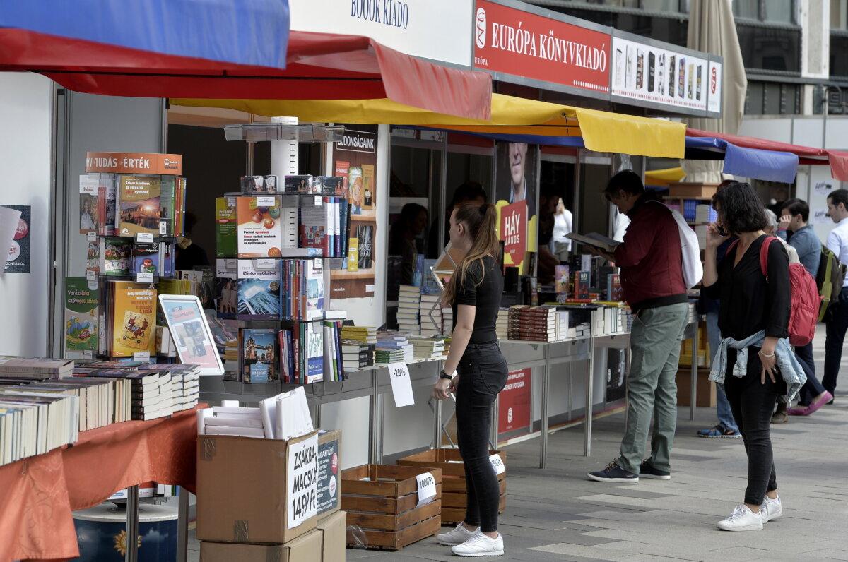 Érdeklõdõk a 92. Ünnepi Könyvhéten a belvárosi Vörösmarty téren a megnyitó napján, 2021. szeptember 2-án. MTI/Soós Lajos