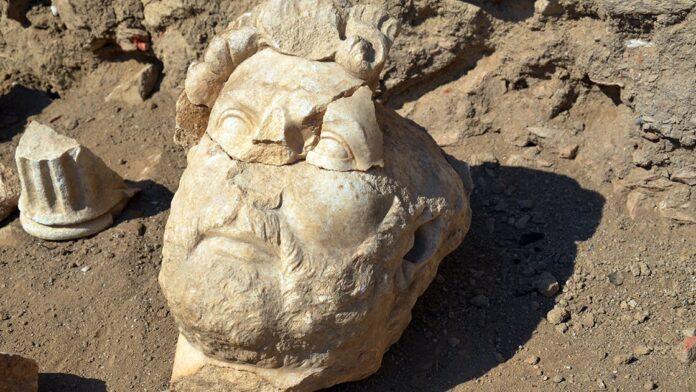 Az Aydin közelében talált Hadrianus-szobor egy darabja - forrás: Twitter