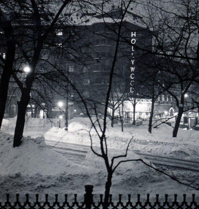 A Bethlen Gábor tér, szemben a tér 3. számú épülete a Hollywood Filmszínházzal (1940) - Forrás: Fortepan/Zsembery Bendegúz