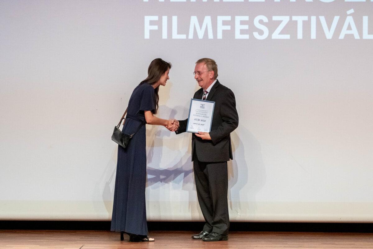 Kis Hajni átveszi a közönségdíjat Bíró Tibor,tól a Cinefest igazgatójától a Cinefest záróünnepségén - Forrás: CineFest Miskolci Nemzetközi Filmfesztivál, Fotó: Varga Amanda
