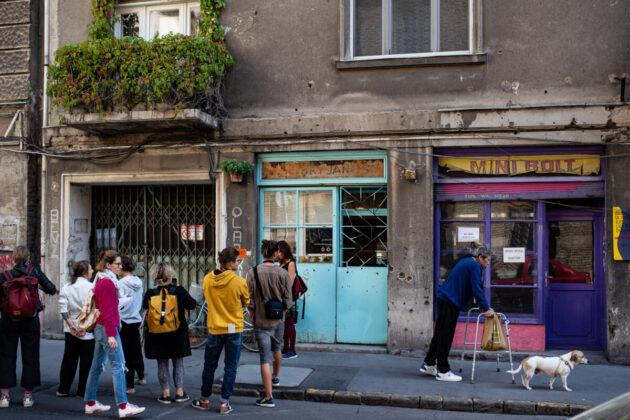 Víg utca 22. és a János felirat - forrás: Budapest100 / fotó: Ránki Dániel.