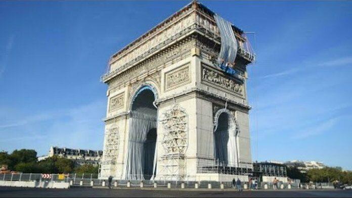 A párizsi Diadalív becsomagolása - forrás: YouTube