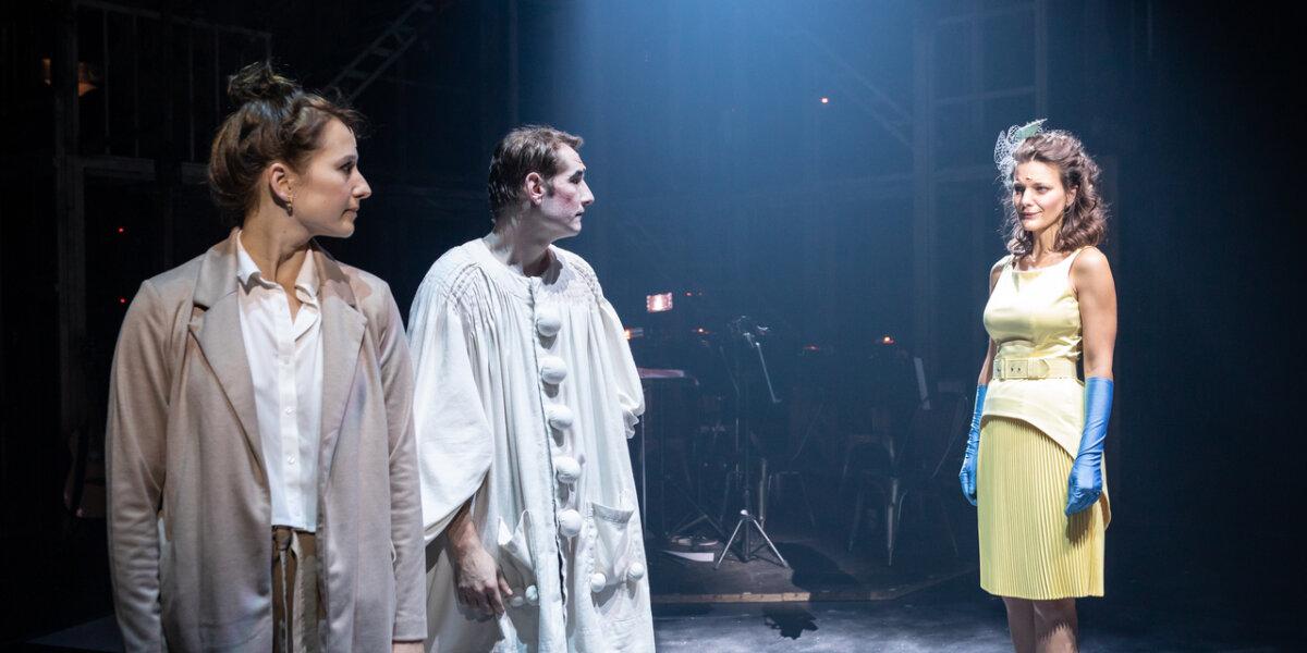 Jelenet a Vígszínház Szerelemek városa című előadásából - fotó: Dömölky Dániel