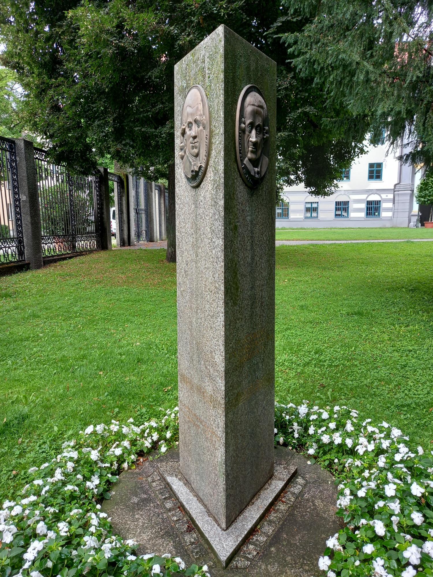 Leopold és Wolfgang Amadeus Mozart emlékoszlopa Augsburgban