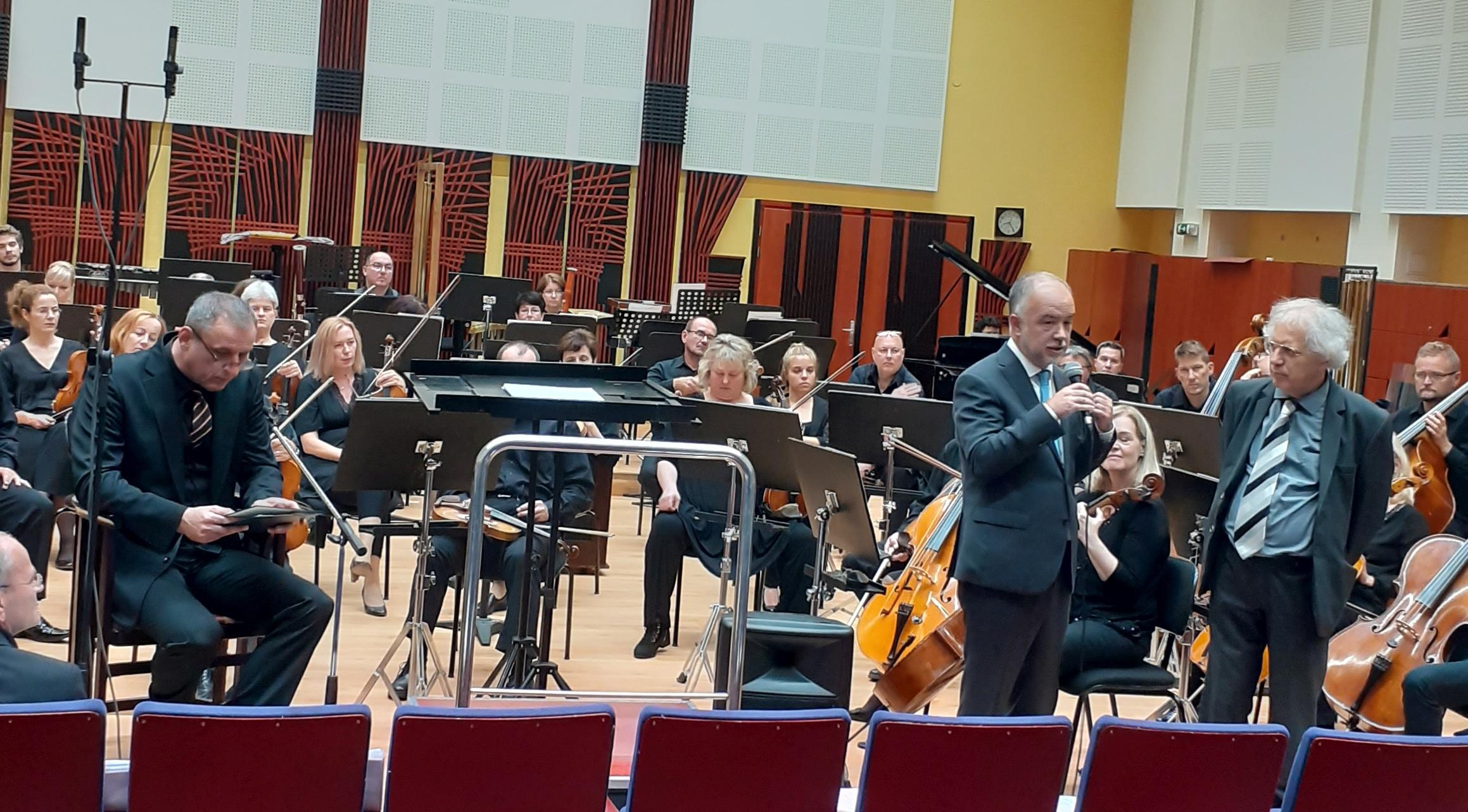 Kovács Zoltán Nyolcadik mese c. művéről beszél Hollós Máténak. Balról: Borovics Tamás színművész, a mesélő.