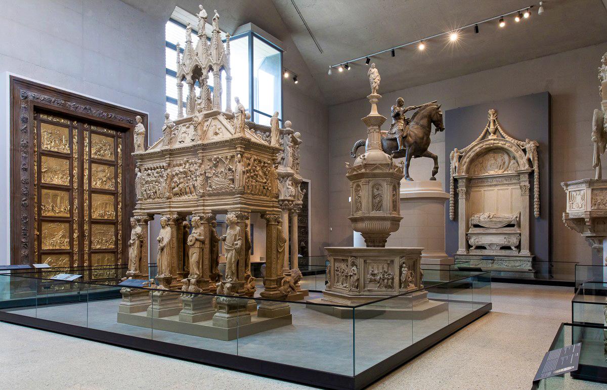 Verrocchio Bartolomeo Colleonit és Donatello Gattamelatát ábrázoló, több méter magas lovas szobrainak minden részletében méretarányos másolata - forrás: Komáromi Csillagerőd